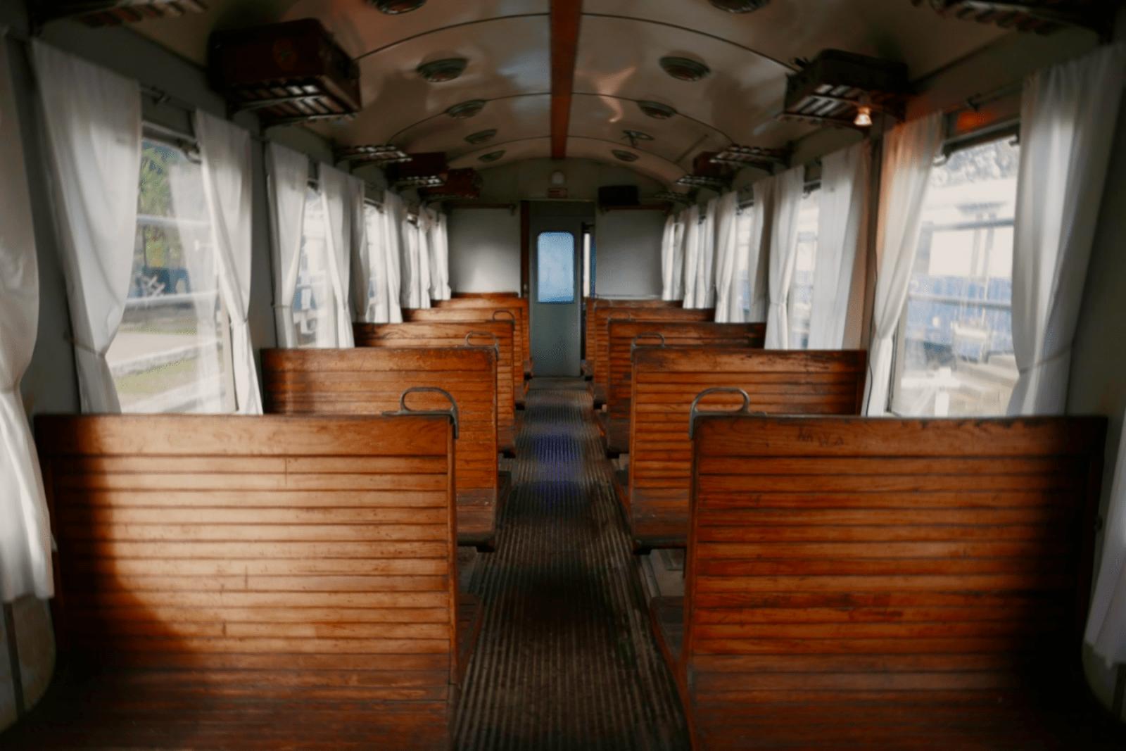 L'interno di uno dei rotabili storici, il 'treno bloccato' 472-111 del 1949.