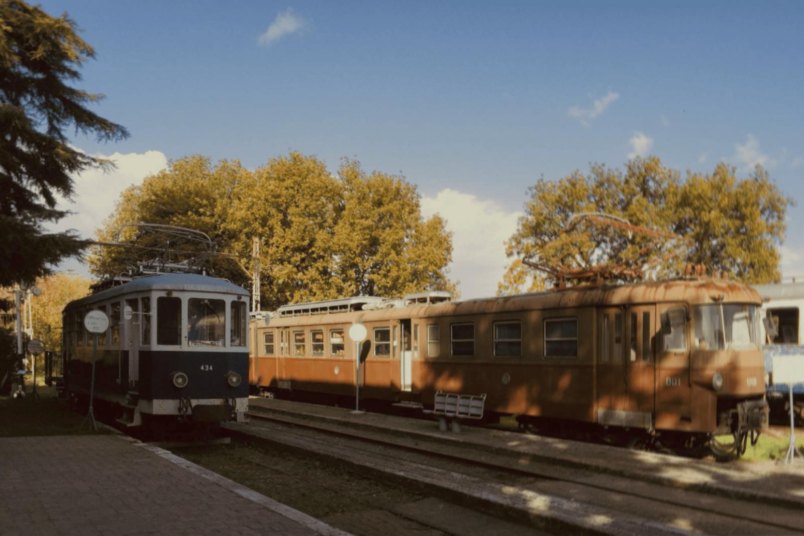 Il marciapiede del fabbricato viaggiatori e due dei rotabili storici: la 434 del 1921, la 801 del 1953