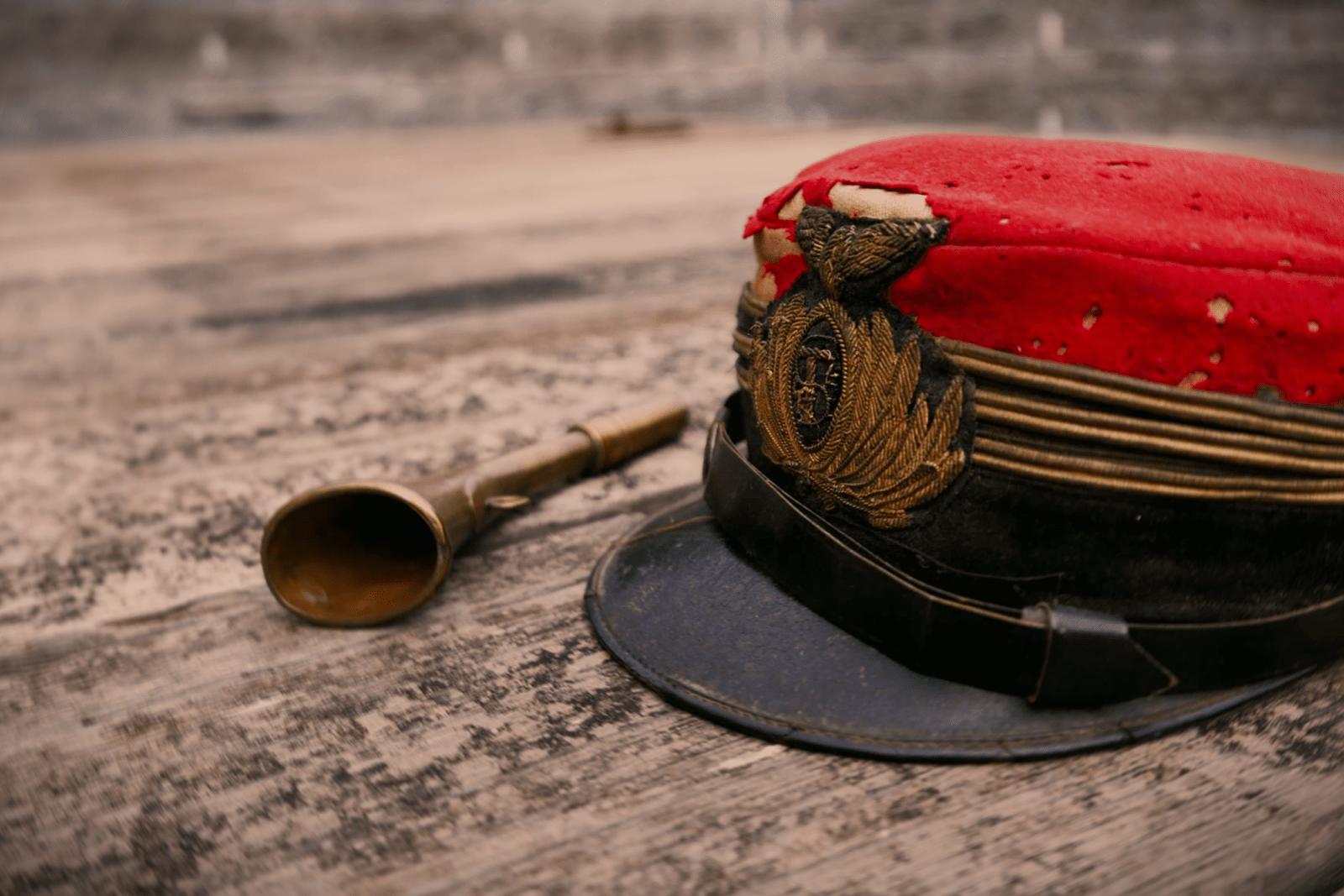 Dettaglio di due degli strumenti del capostazione: la trombetta ed il caratteristico cappello rosso.