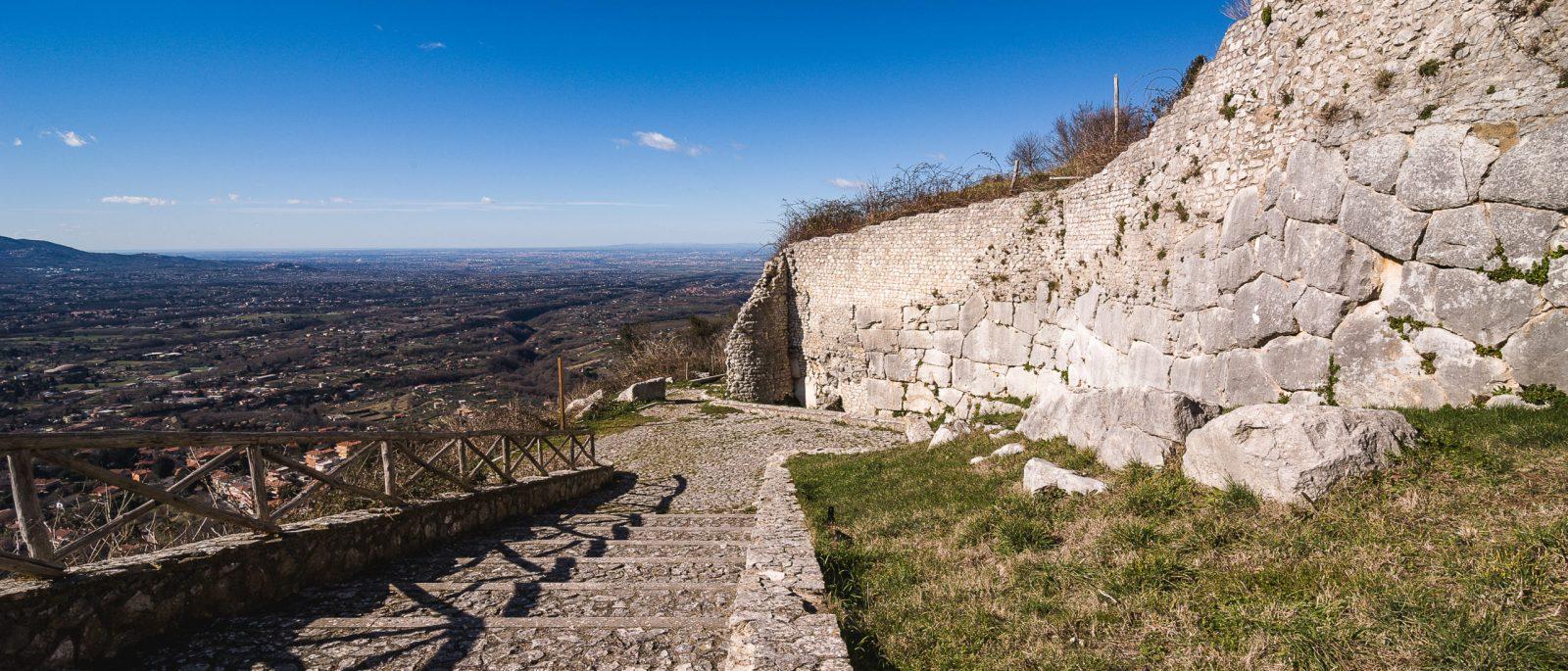 Tratto del percorso delle Mura Poligonali di Castel San Pietro Romano