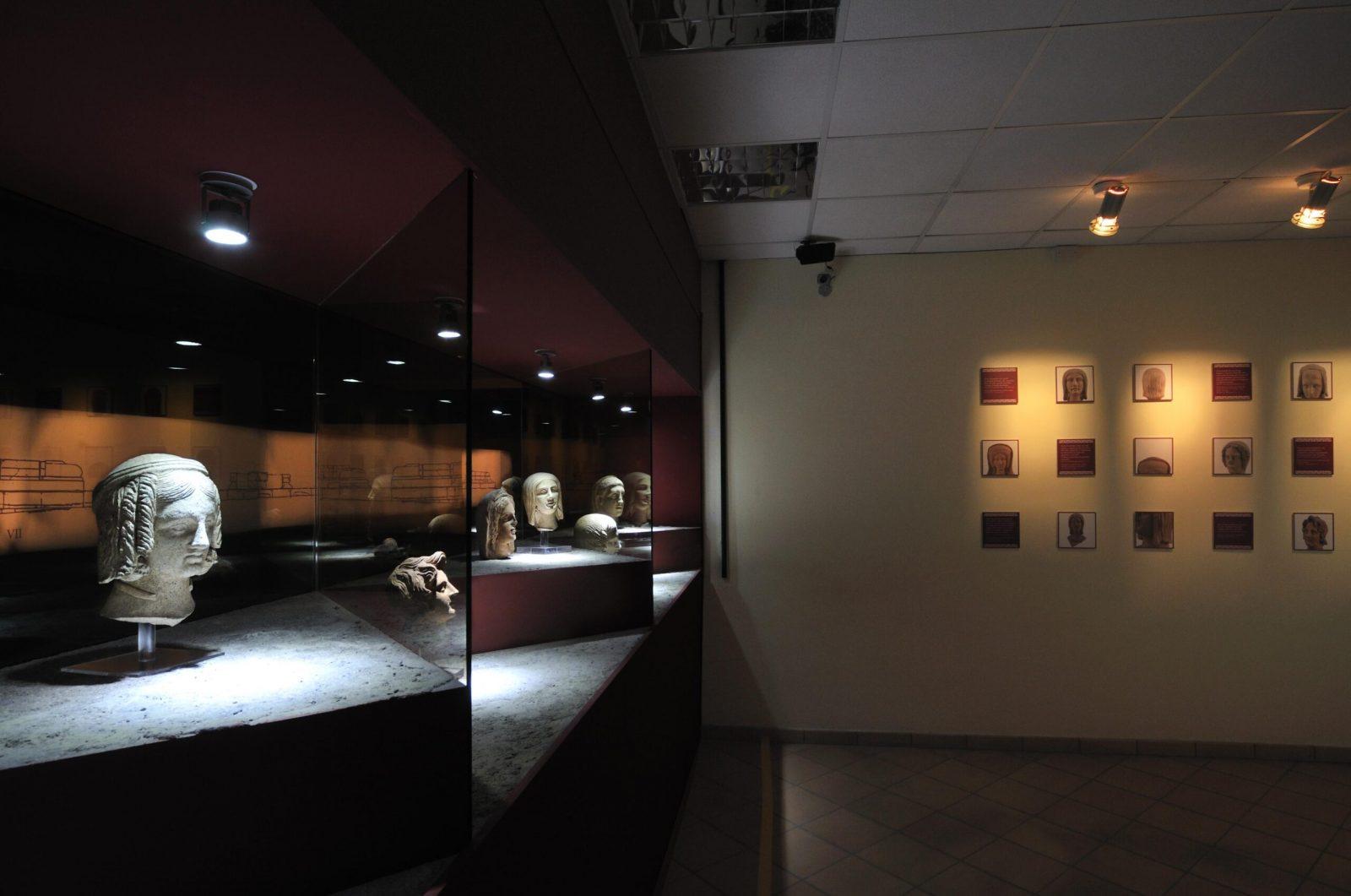 Particolare della sala Mundus Muliebris, con le teste votive dal deposito del santuario di Minerva